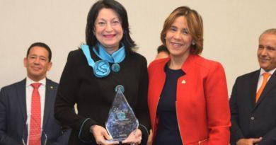 Presidenta ejecutiva de Reservas del País es reconocida por Red Dominicana de Microfinanzas