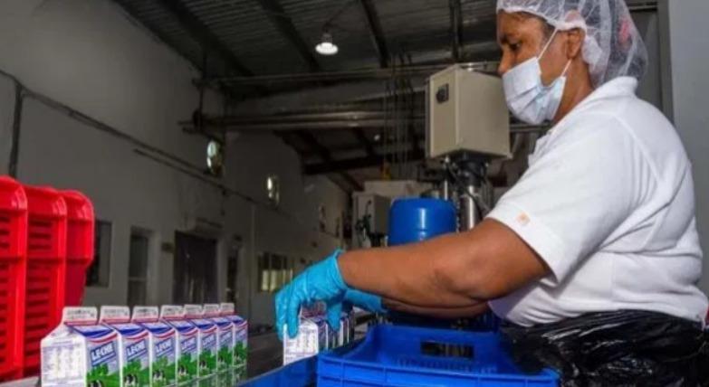 INABIE, distribuye cinco (5) millones de raciones de leche semanal a los estudiantes.