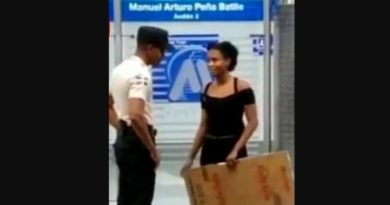 (VIDEO) Seguridad del Metro y Teleférico Desmienten que negara acceso a joven vestida de negro y con cartel en manos