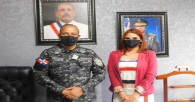 Director Policía Comunitaria Javier Torres Dotel recibe en su despacho a líder Maribel Delgado